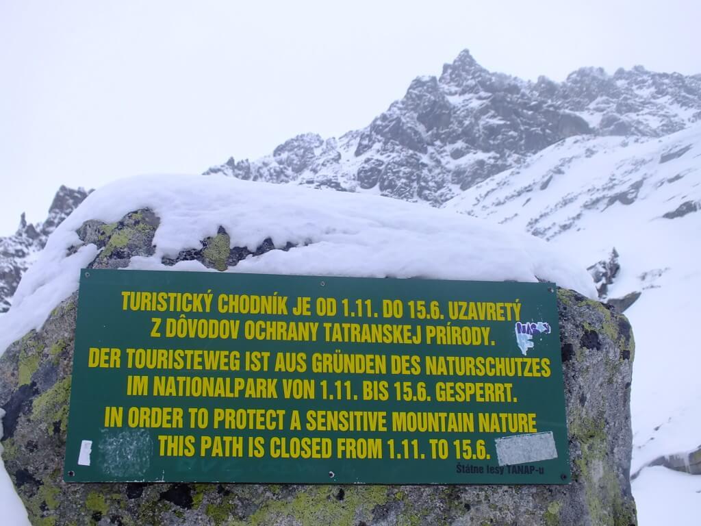 Turistický chodník je nad vodopádom v zime uzavretý